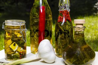 Knoblauchknolle und Olivenöl mit Kräutern, garlic bulb and olive oil with herbs