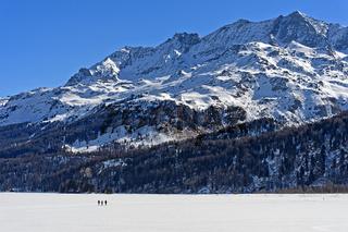 Fussgänger überqueren den zugefrorenen Silsersee, Sils im Engadin, Graubünden, Schweiz