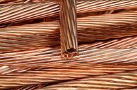 Nahaufnahme von schälten Kupferkabeln die wieder eingeschmolzen werden sollen.