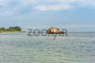 Der legendäre Felsen Batu Guru ragt aus dem Wasser des Toba See auf Sumatra