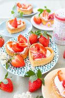 Kleine Kuchen mit Erdbeeren