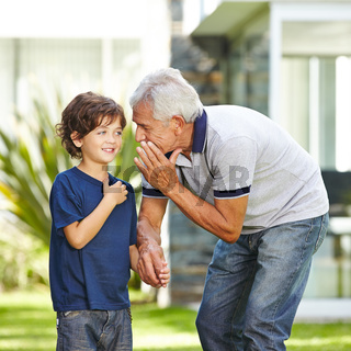 Opa flüstert Enkel Wunsch ins Ohr