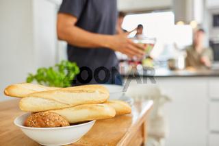 Baguette und Brötchen bereit für Essen in einer Küche