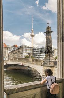 blick von der museumsinsel auf friedrichsbrücke und fernsehturm
