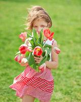 Mädchen mit Strauß roter Tulpen