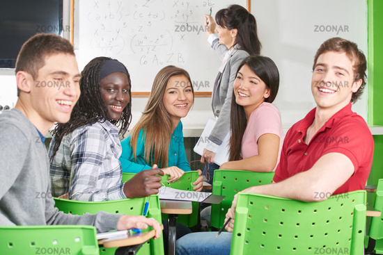 Gruppe Schüler lacht im Unterricht
