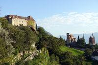 Blick auf Schenna mit Schloss, Pfarrkirche St. Maria Himmelfahrt und Mausoleum - Nordwestansicht