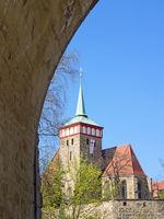 Altstadt von Bautzen mit  Michaeliskirche durch einen Brückenbogen gesehen, Sachsen, Deutschland
