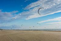 Kite surfing am Sandstrand