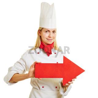 Köchin in Ausbildung hält Pfeil