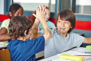 Schüler geben sich High Five im Unterricht