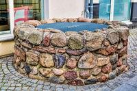 bernau bei berlin, deutschland - 30.04.2019 - mittelalterlicher brunnen aus feldsteinen