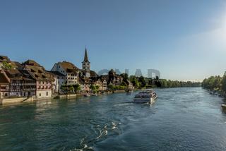 Ausflugsschiff auf dem Rhein vor der Altstadt von Diessenhofen, Kanton Thurgau, Schweiz