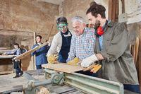 Schreiner arbeiten zusammen in Schreinerei