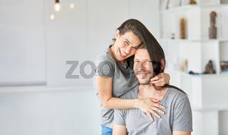 Junge Frau albert herum mit ihren langen Haaren