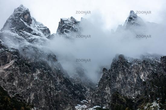 Stadelhorn, Grundübelhorn und Mühlsturzhorn im Nebel, Oktober 2020, Berchtesgaden, Deutschland