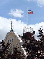 Jugendstilgiebel am Markt in Eckernförde und Flagge von Schleswig-Holstein