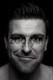 Mann mit schelmischem Blick