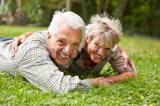 Glückliches Paar Senioren auf einer Wiese