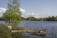 Relaxen am kleinen norwegischen Waldsee