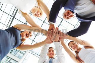 Viele Geschäftsleute stapeln die Hände