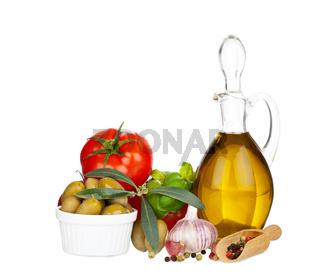 Olivenöl, Oliven, Tomaten und Gewürze, isoliert