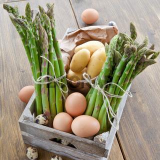 Frischer Spargel, Kartoffeln und Eier