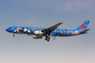 China Eastern Airlines Airbus A330-300 Flugzeug Flughafen Shanghai Hongqiao Sonderbemalung Disney Resort
