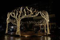 Weihnachtlich dekorierter Teufelsbrunnen in Magdeburg