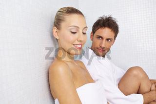 Paar macht Pause nach Saunagang
