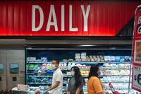 Singapur, Republik Singapur, Menschen mit Mundschutz kaufen in einem Supermarkt ein