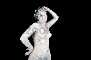 Frau die als Marmorstatue angemalt wurde