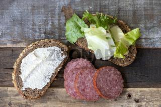 Brot mit Meerrettichaufstrich und Salami
