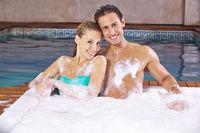 Glückliches Paar im Whirlpool im Spa