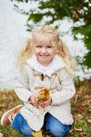 Lächelndes Mädchen im Herbst