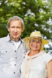 Paar Senioren glücklich im Sommer