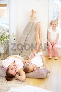 Familie mit Mutter und zwei Mädchen
