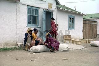 Frauen im Gespräch vor einem Laden in Baruun-Urt in der östlichen Mongolei, Foto 1977