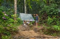 Führer, Träger im ersten Lager am Lagerfeuer im Dschungel von Ketambe auf Sumatra
