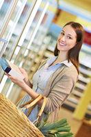 Frau kauft TK-Ware im Supermarkt