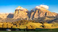 Seiser Alm, Alpe di Siusi, Suedtirol mit Langkofel und Plattkofel in Wolken