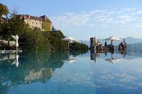 Schloss, Pfarrkirche St. Maria Himmelfahrt und Mausoleum spiegeln sich in einem Swimmingpool