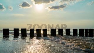 Wellenbrecher am Strand der polnischen Ostsee