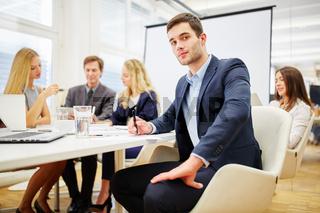 Anwalt bei Verhandlung im Business Meeting