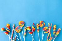 Bunte Bonbons auf blauem Hintergrund