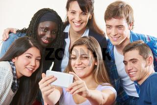 Gruppe Schüler macht Selfie mit Lehrer