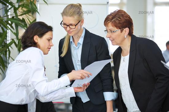 Geschäftsfrauen verhandeln über Vertrag