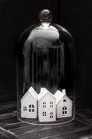 Kleines Haus in Glasglocke