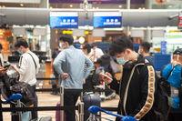 Singapur, Republik Singapur, Passagiere stehen vor dem Check-in am Flughafen Changi an