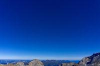 Blauer Himmel über den Gipfeln der Berner Alpen, Crans-Montana, Schweiz